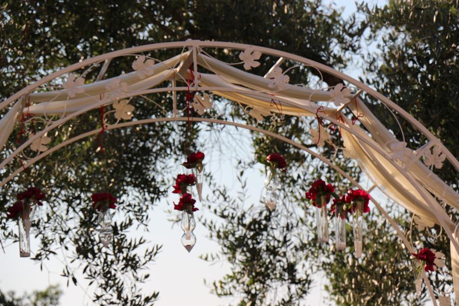 Rito civile allestimento esterno dettaglio dell'arco nel giardino dell'Abbazia di Sant'Andrea in Flumine